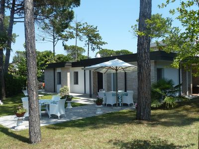 Photo for Central and beachfront villa with spacious gardens in Bibione Pined