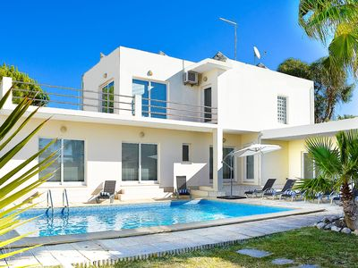 Photo for Villa with private pool, located only at 500 meters from the beach!