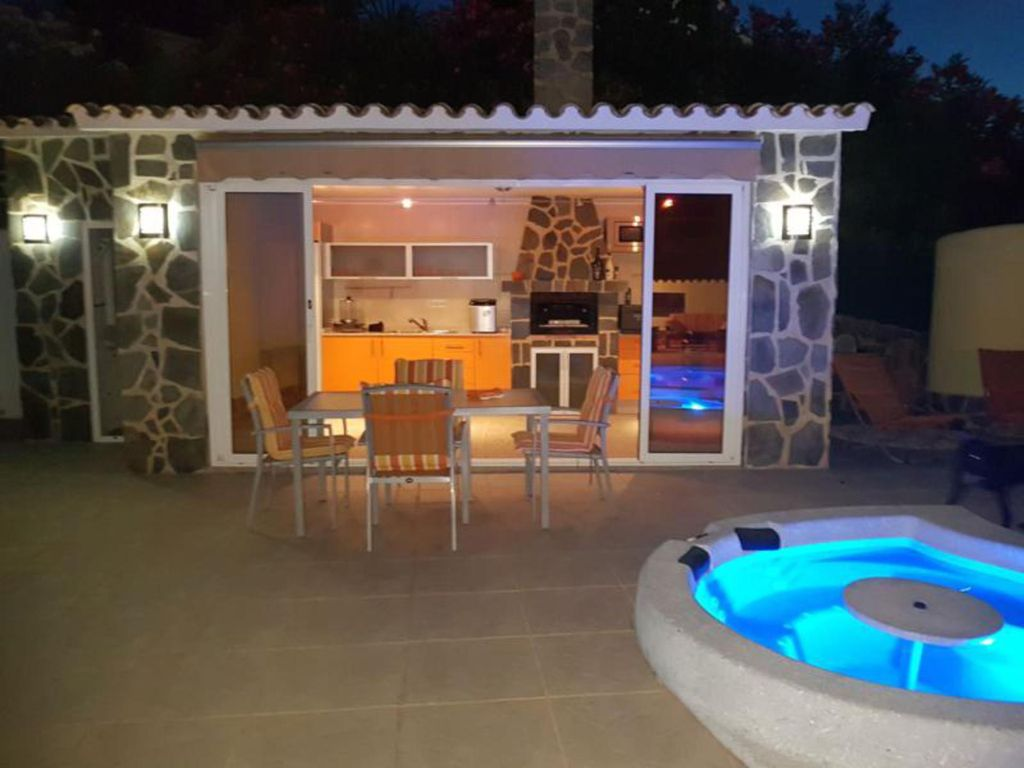 Pretty villa of full foot with swimming pool and jacuzzi outside ...