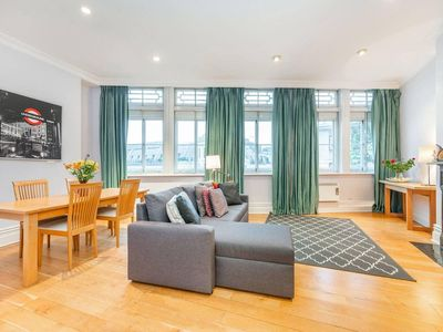 Photo for Inviting top floor one bedroom apartment with terrace by Trafalgar Square (CP)