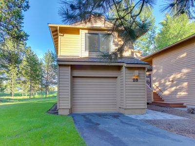 Photo for Updated townhome w/ golf course views & private hot tub, 8 SHARC passes!