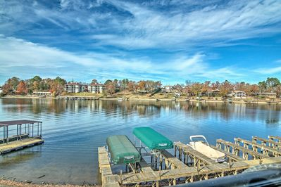 Gaze out at the scenic views of Lake Hamilton with your crew of up to 5!
