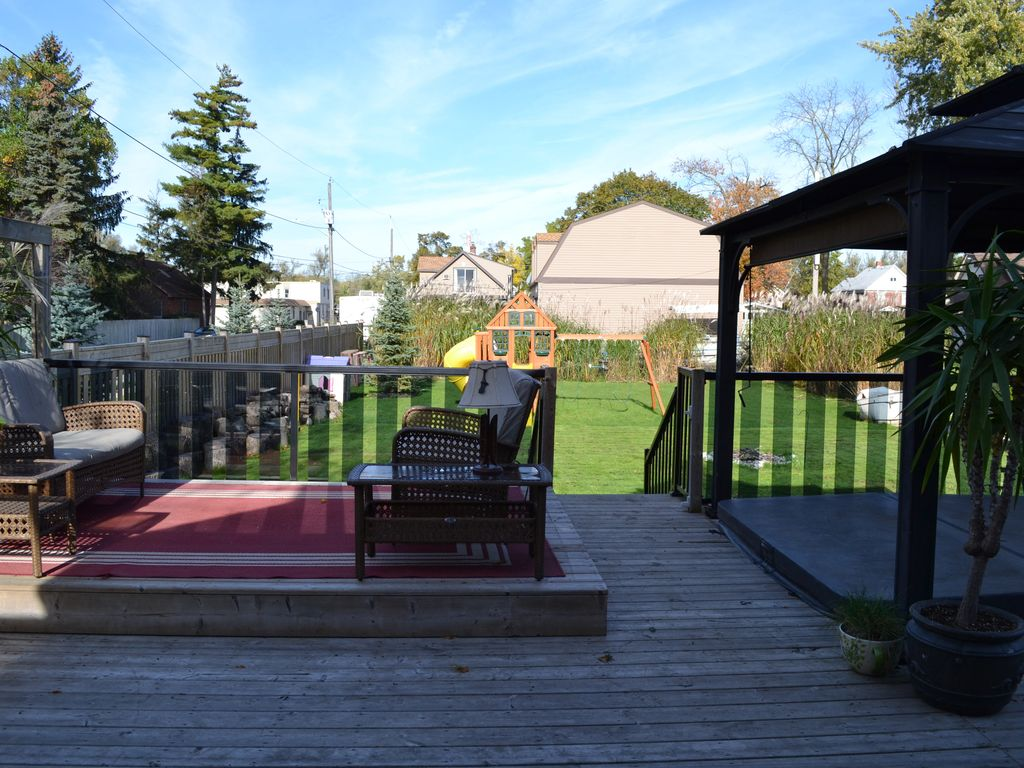 CHIPPAWA FAMILY HOME -- Large, private fully fenced yard with deck and HOT TUB!!