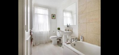 Photo for Cosy 3 bed house 40m from central london