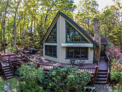 Centrally located getaway with hot tub & pool table!