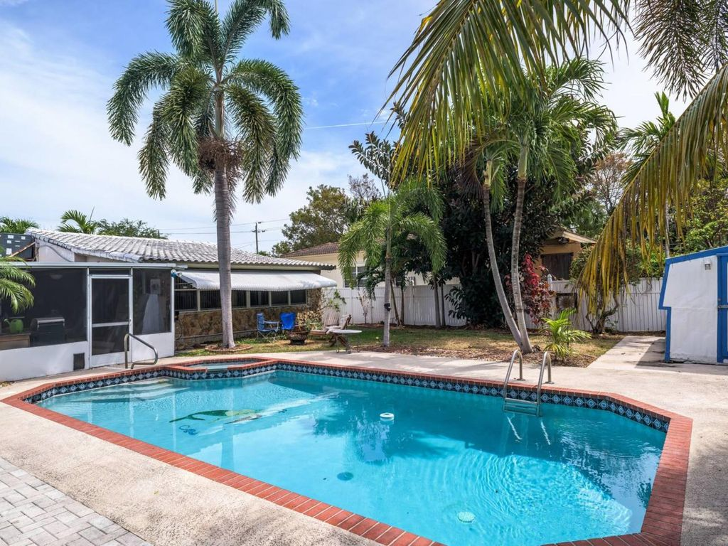 Your Home Away From Home (2br/1ba, pool, clean and cozy, local owners) -  Royal Poinciana