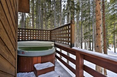 Head out to the private hot tub for après-ski relaxation.