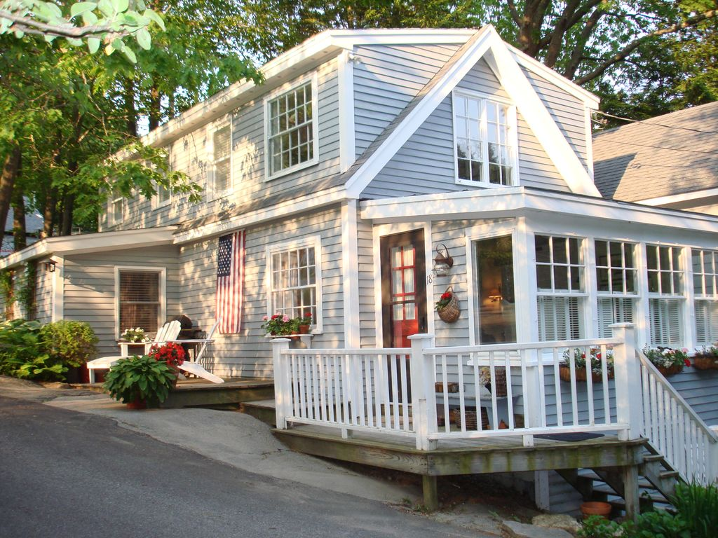 Charming maine seaside cottage near private beach for Cottage builders near me