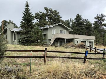 Amazing Mountain Views, Tri-Level Home With A Large Deck Close To Town.