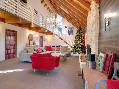 Wow! Glamorous, high end and so much fun. This ski lodge sleeps 14+. Perfect!