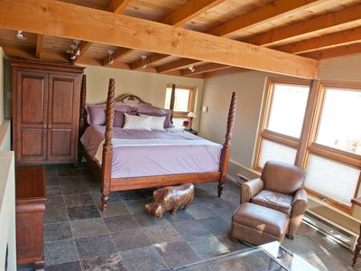 Luxurious King Bed, Gas Fireplace, in our Private Guest House