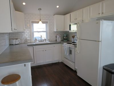 Cottage .5 mile to beach! Hot tub, pool, parking, AC!