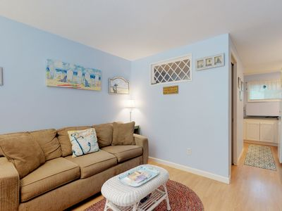 Charming condo w/patio & shared pool - walk to beaches, restaurants