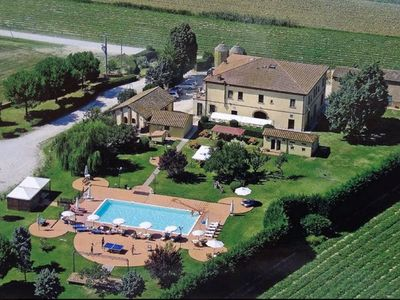 Photo for Apartment in the Tuscan countryside with swimming pool and restaurant