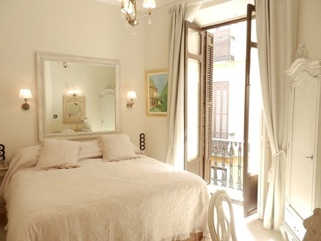 Beautiful Luxury 1 Bedroom Apartment In The Hart Of The