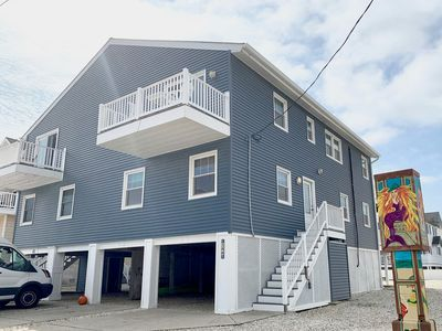 Beach Block townhome in a convenient location. Parking for 4 cars. & A LARGE DECK for entertaining