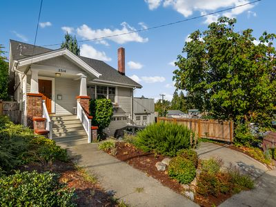 Photo for 4 Bed, Best Location, next to UW and Light Rail - Perfect for groups /families!