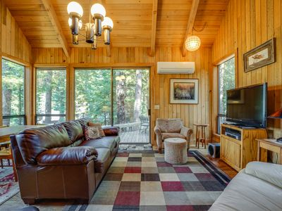 Dog-friendly cabin w/ a furnished deck & access to shared pools & hot tubs!