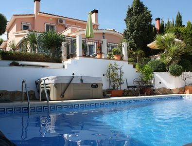 Villa pool and jacuzzi with air con and wifi