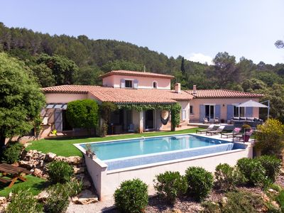 Photo for Beautiful and spacious villa with swimming pool in the heart of the Provence vineyards