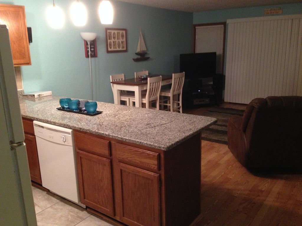 Lakefront Condo,2BR/2BA, WiFi, Indoor/Outdoor Pool /Hot Tub/Tennis/Close to pool