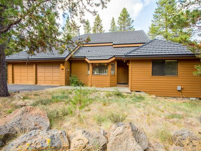Photo for Walk to Fort Rock Park, Hot Tub, Spacious Deck for BBQ'ing, Bikes - TAN038