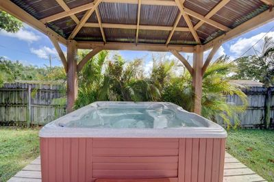 Brand New Outdoor 6 person Jacuzzi!