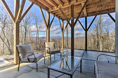 Up to 4 guests can marvel at the mountains while sipping a drink on the patio!
