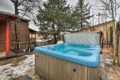 Enjoy excellent location & home amenities while staying at this Truckee house!