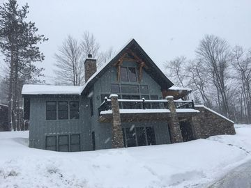Stunning Year Round Chalet, Ski in/out, Close to E'Ville Shops. Sleeps up to 16