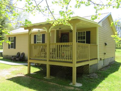 The Davidson House Cottage with covered porch & private hot tub + trails & creek