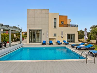 """Photo for STUNNING VILLA,  HEATED POOL, Perfect Location, Only 8 Min.Walk to """"STRIP"""""""