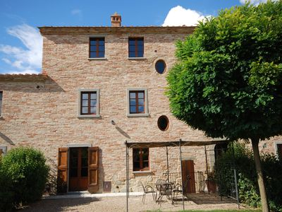 Photo for Beautiful Tuscan villa with private garden and shared pool, near Cortona
