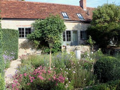 Photo for KINGS COTTAGE - NORTH, pet friendly in Broad Chalke, Ref 988964