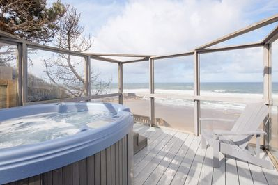 Submarine Hot tub - Beautiful glass surround for viewing whales on a windy day.