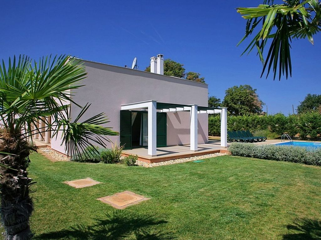 Modern house with large pool quiet locatio vrbo for Big modern house tour