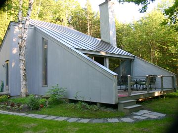 Contemporary Brookside Retreat. 2+ BR/2BA, Minutes to Village of Woodstock VT