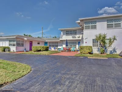Photo for Large Clean & Quiet 1/1 on 1st Floor walk to beach (Blue)