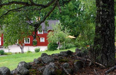 Cottage with lake and private boat, where Fox and Rabbit say good night