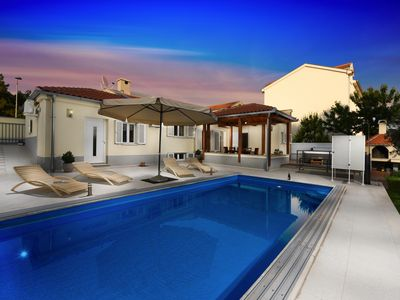 Photo for Villa with pool and jacuzzi, just 2 km from the beach and 3km from the center