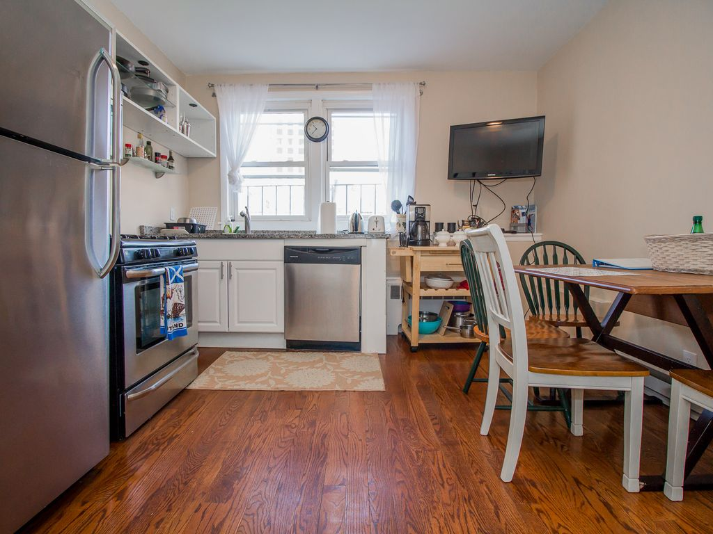 2 bedroom, Top floor,  Steps to MBTA, Downtown Boston, Chinatown