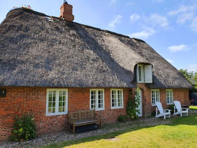 Photo for Thatched cottage on the lake for up to 8 people with 4 bedrooms, fireplace, sauna, billiards, Sky