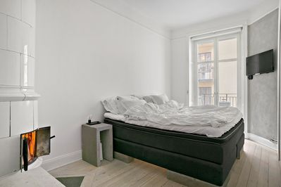 Cosy bed room with a 160 cm wide bed, perfectly suited for two persons. There is