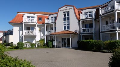 Photo for Quiet / central, 100m to the beach, parking place, WLAN included, elevator