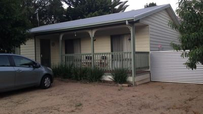 The house is centrally situated, walking distance to Lake Victoria and Mariner.
