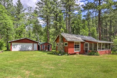 'Grizzly Gulch Cabin' is a historic, and charming, hideaway near Mt. Rushmore.