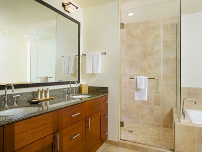 Photo for Tropical gem. Full kitchen, in room laundry, fitness center, pool, elevator