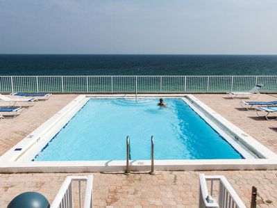 ROOFTOP POOL - Had enough sand during your stay? Nothing beats the beach, but you can swim and sunbathe without the sand on top of the Gulfside Condominium and get an amazing birds-eye view of Okaloosa Island and the Gulf of Mexico.