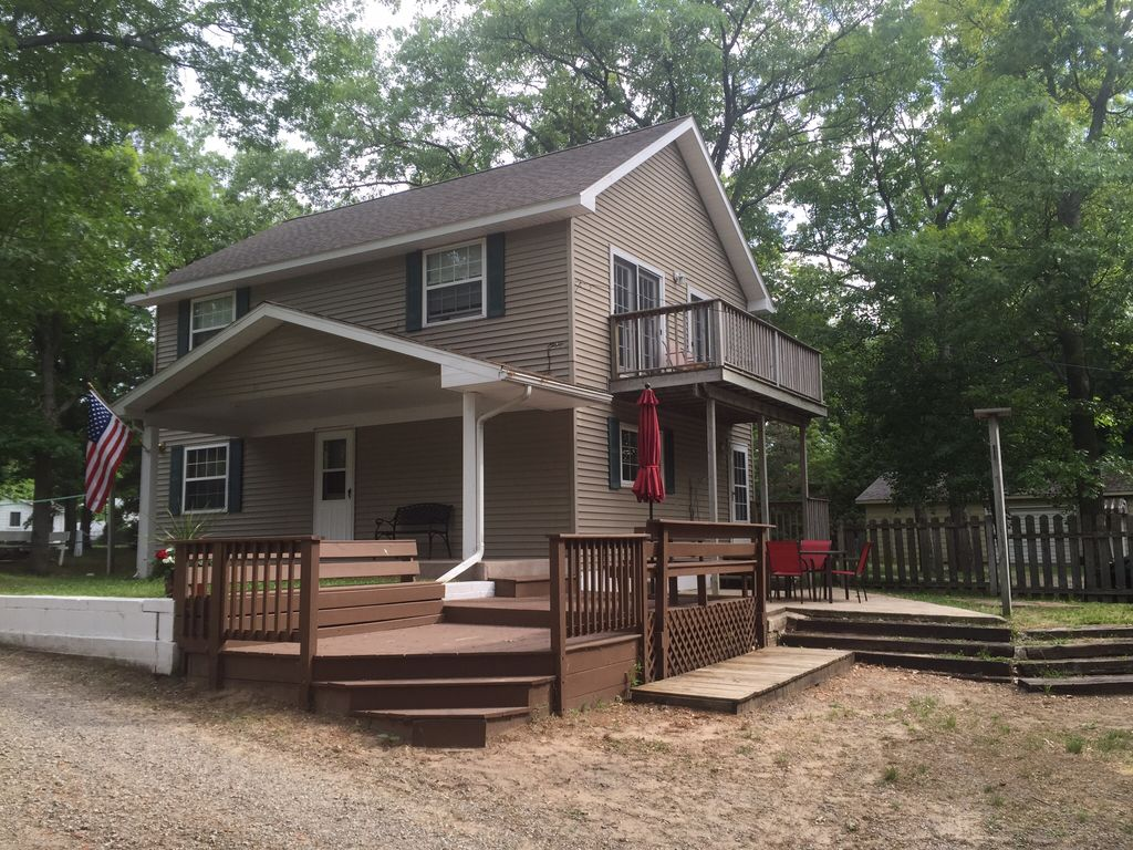 Family friendly lakefront cottage beautifu homeaway for Porto austin cabin rentals