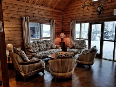 AMAZING GOLDEN CIRCLE LOCATION, MODERN SPACIOUS LOG CABIN, GREAT REVIEWS!